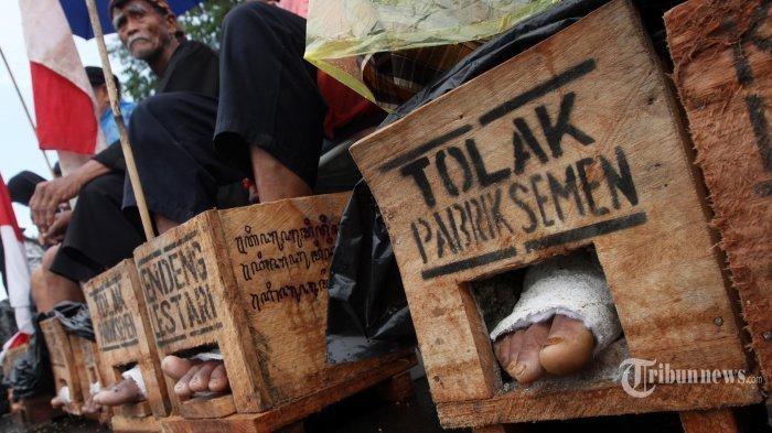 Aksi Cor Kaki 50 Petani Kendeng Sudah Berjalan Seminggu, Apa Respon Jokowi?
