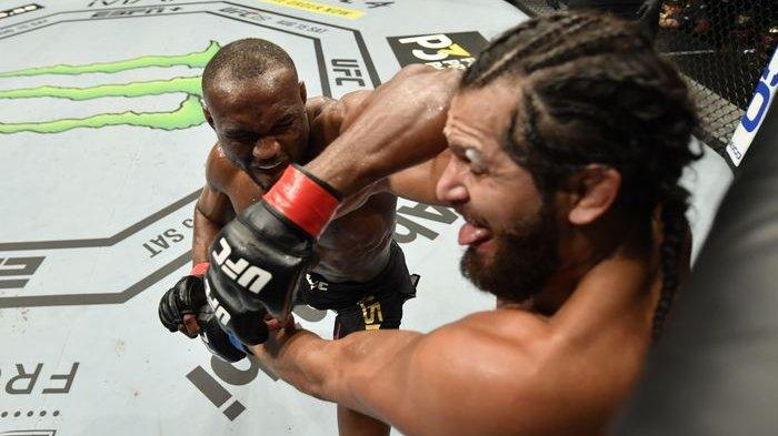 Petarung Nigeria, Kamaru Usman (kiri) mempertahankan sabuk juara kelas welter setelah mengalahkan petarung Amerika Serikat, Jorge Masvidal pada UFC 251 di Abu Dhabi, Minggu (12/7/2020).