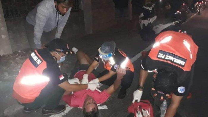 Foto : Petugas ambulans BPBD Denpasar memberikan penanganan pada seorang bule yang mengalami laka lantas di Jalan By Pass Ngurah Rai, Sanur, Denpasar Selatan, Denpasar, Bali, usai mengalami kecelakaan lalu lintas, pada Minggu (13/9/2020) dini hari.