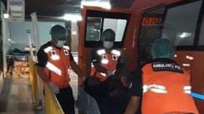Petugas ambulans PSC BPBD Denpasar mengevakuasi korban laka lantas ke RSUP Sanglah, Denpasar, Bali, Minggu 5 September 2021.
