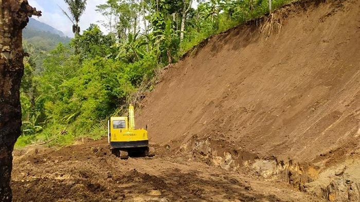 Akses Jalan Tertutup Material Longsor, 150 KK di Dusun Sanglagki Buleleng Terisolasi Selama 3 Hari