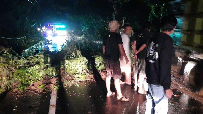 Longsor Tutup Akses Jalan di Kecamatan Rendang Karangasem