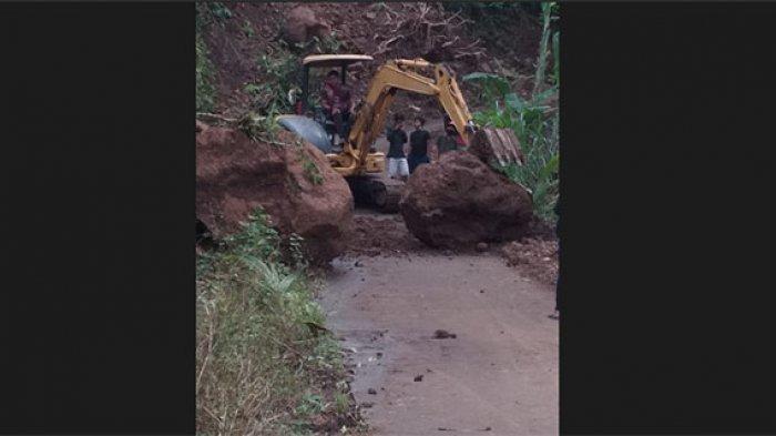 BPBD Karangasem Kerahkan Alat Berat untuk Evakuasi Material Longsor yang Tutup Jalan di Desa Bunutan