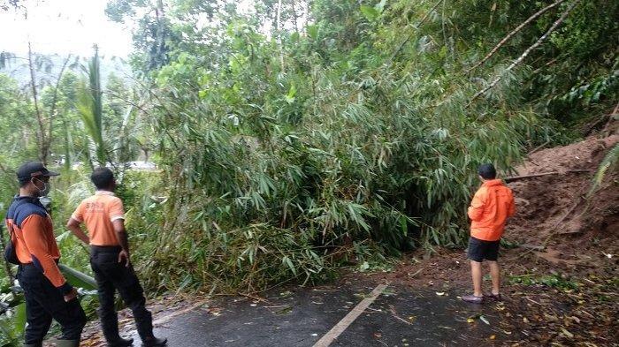 Longsor Tutup Seluruh Badan Jalan di Purwayu Kecamatan Abang Karangasem