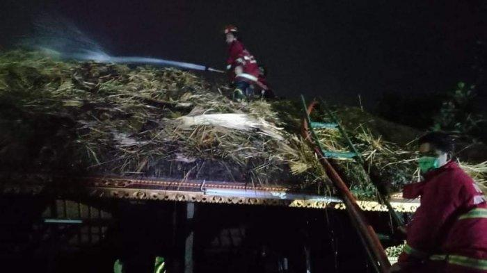 Diduga Akibat Percikan Kembang Api, Bale Panjang di Pura Puseh Desa Pakraman Denpasar Terbakar