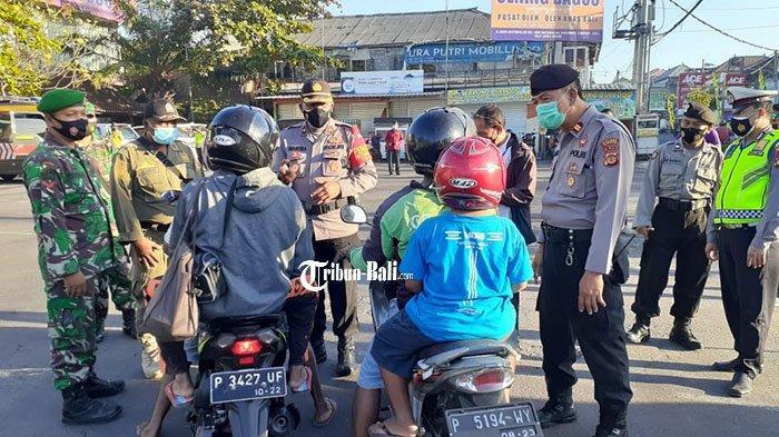 Petugas Gabungan Lakukan Penyekatan di Jalan Raya Batubulan, Tujuan Tidak Jelas Diminta Putar Balik