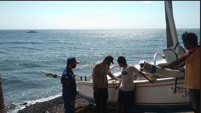 Jukung Komang Sudarma Terbalik Setelah Terlibat Kecelakaan dengan Kapal Tangker di Perairan Tulamben