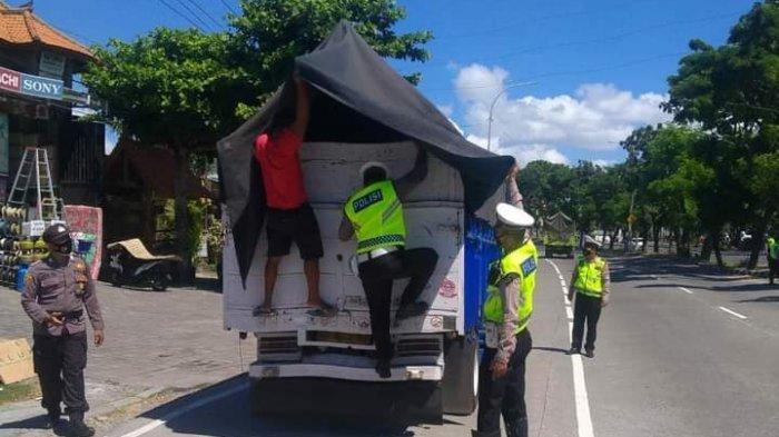 Tak Mau Kecolongan, Polisi Periksa Bak Kendaraan yang Dicurigai Bawa Pemudik di Gianyar