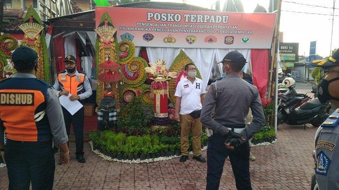 BREAKING NEWS! Pemberlakuan PKM di Denpasar Resmi Dimulai, Petugas Mulai Pasang Rambu dan Barikade