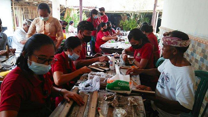 Penyuluh Bahasa Bali di Karangasem Konservasi Lontar yang Berusia Ratusan Tahun