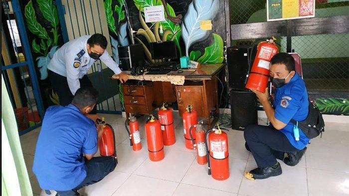 Antisipasi Kebakaran, Petugas Damkar Lakukan Pemeriksaan APAR di Rumah Tahanan Klungkung