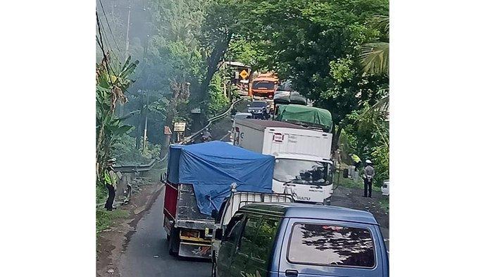 Alami Pecah Ban, Truk Mogok di Tanjakan Samsam Tabanan Akibatkan Kemacetan