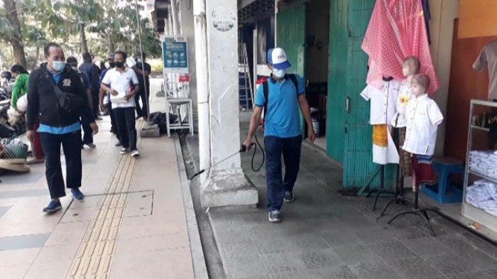 Diskoperindag Lakukan Penyemprotan Disinfektan di Seluruh Pasar Se-Kabupaten Jembrana