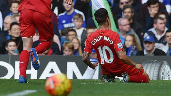 Philippe Coutinho saat masih bermain di Liverpool merayakan gol ke gawang Chelsea.