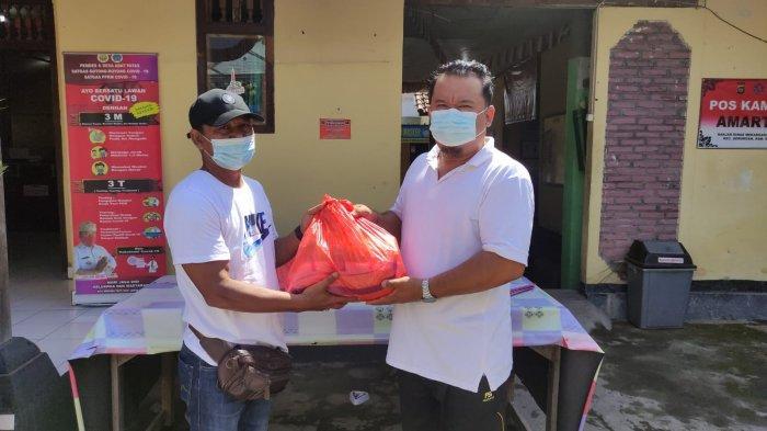 Dinsos Buleleng Serahkan Bantuan Sembako Kepada Warga yang Terkena PHK