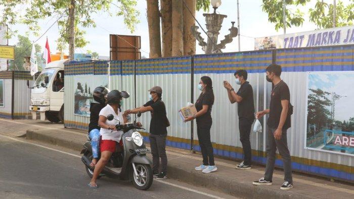 Pegawai dan Staf Bawaslu Bangli Urunan Membeli Nasi, Dibagikan Secara Gratis Kepada Masyarakat