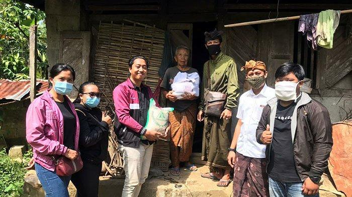 Belum Resmi Dilantik, PK APHB Gianyar Berinisiatif Salurkan Bantuan Sosial Kepada Para Lansia