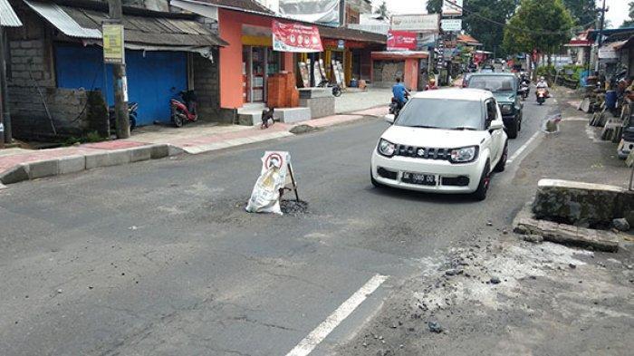 Belum Genap 4 Bulan Beroperasi,Saluran Drainase di Tengah Jalan Raya Bedulu Gianyar Bali Sudah Rusak