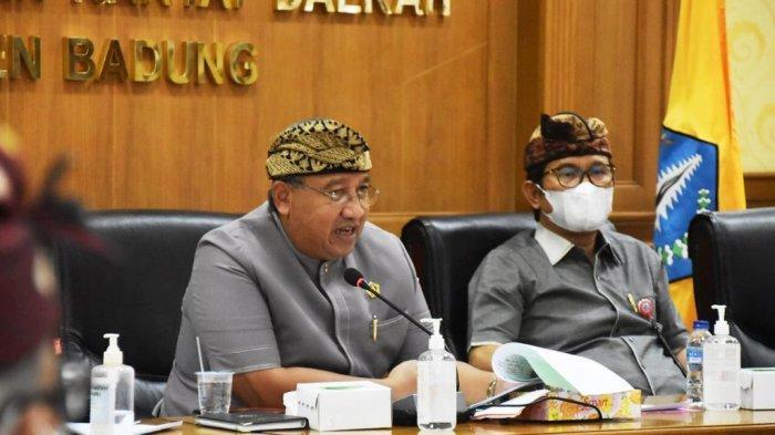 Ketua DPRD Putu Parwata bersama Sekda Wayan Adi Arnawa saat Rakor dengan DPRD Badung, membahas permasalahan Pilkel Desa Angantaka di Puspem Badung, Kamis 18 Februari 2021.