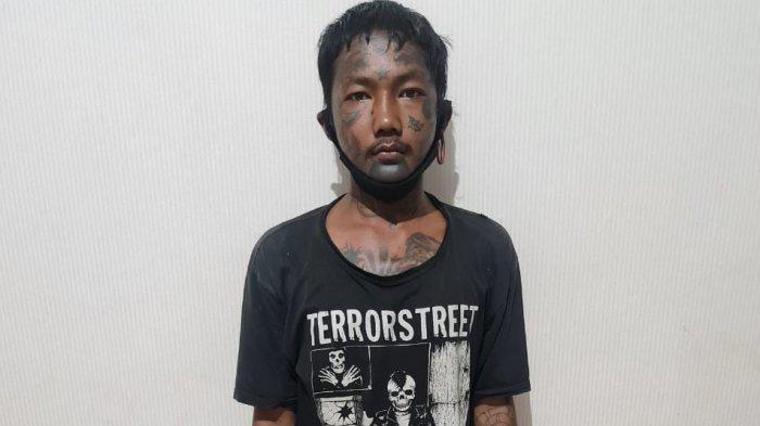 Terekam CCTV, Pengamen Rampas HP dan Todongkan Pisau ke Pedagang Asongan di Tabanan Bali