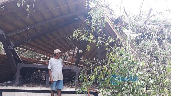 Bale Pesandekan & Penyengker Setra Agung Peguyangan Kaja Denpasar Hancur Tertimpa Pohon Beringin