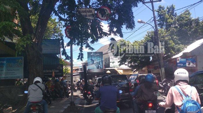 Pohon Rimbun Tutupi Rambu Lalu Lintas di Pasar Sanglah Denpasar
