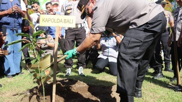 Dukung Penghijauan di Seluruh Markas Komando Polri, Kapolda Bali Tanam Pohon di SPN Singaraja