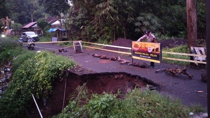 Ruas Jalan Banjar Serokadan menuju Desa Apuan Bangli Jebol, Pengendara Roda Empat Harus Memutar