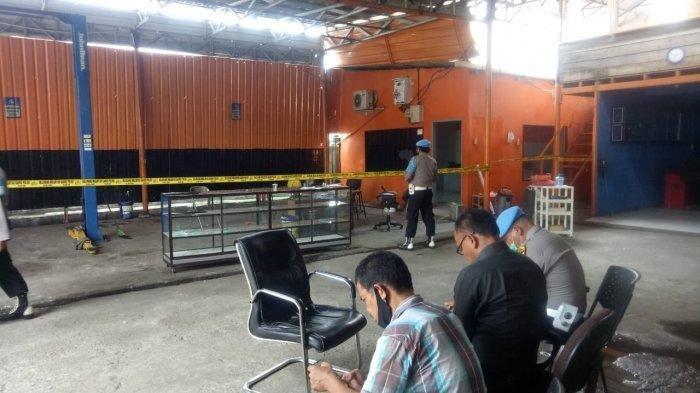 Polisi memasang police line di lokasi penembakan personel Polsek Medan Barat, di Jalan Gagak Hitam, Ringroad, Kecamatan Medan Sunggal, Selasa (27/10/2020).