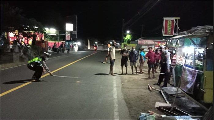 Diduga Sopir Mengantuk, Mobil Rush Tabrak Warung di Temukus Buleleng