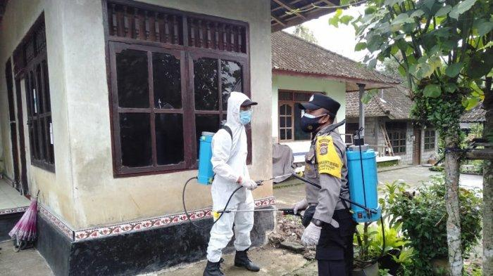 Polsek Pupuan Bersama Satgas Desa Melakukan Kegiatan Sterilisasi Rumah Warga Terpapar Covid-19