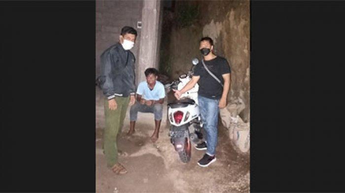 Gede Muliawan Curi Motor Scoopy di Seririt Buleleng Terekam CCTV