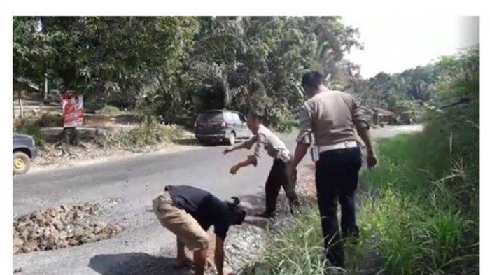 Aksi Anggota Polisi Ini Menambal Jalan Viral, Begini Kisah Selengkapnya
