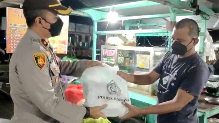 Guna Meringankan Beban Pedagang, Polres Jembrana Bagikan Sembako Ke Pedagang Pasar Senggol Negara
