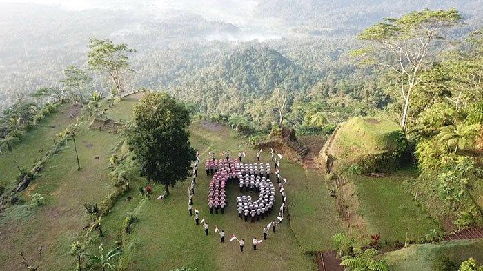 Peringati HUT Kemerdekaan RI ke-75, Jajaran Polres Karangasem Kibarkan Bendera di Puncak Bukit Surga