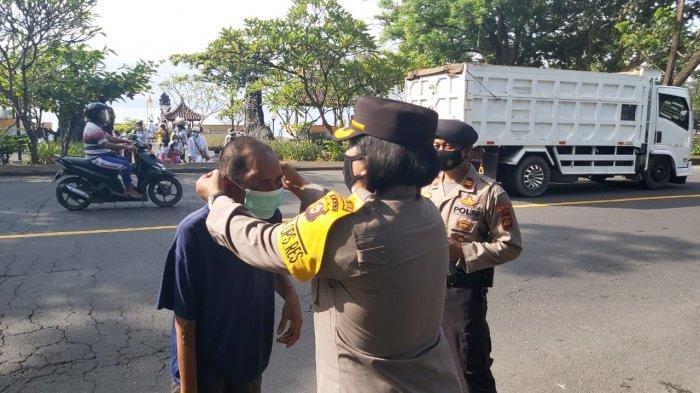 Pura Goa Lawah Ramai Pemedek, Polres Klungkung Bali Bagikan Ratusan Masker