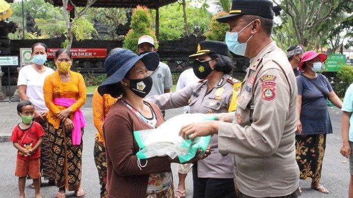 Penghujung Tahun 2020, Polres Klungkung Bagikan Paket Sembako ke Pedagang Asongan di Pura Goa Lawah