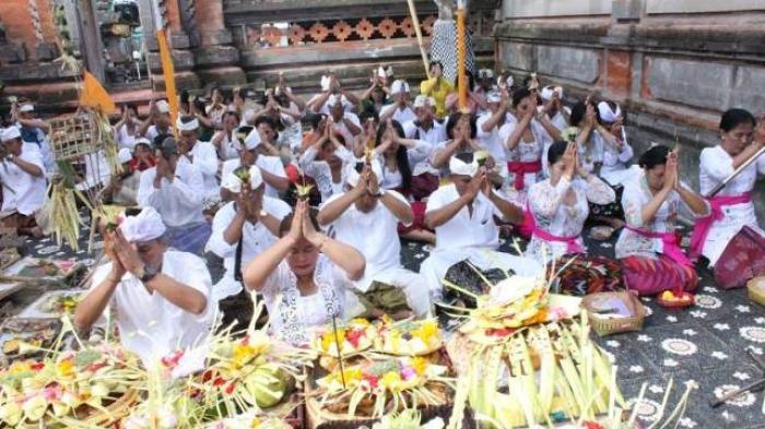 TRIBUN WIKI: 6 Kidung Dewa Yadnya yang Ditembangkan saat Odalan di Pura