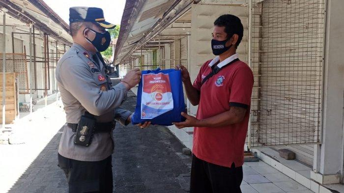 Kapolsek Kuta Salurkan Bantuan Kapolri Berupa Paket Sembako kepada Warga Terdampak Pandemi
