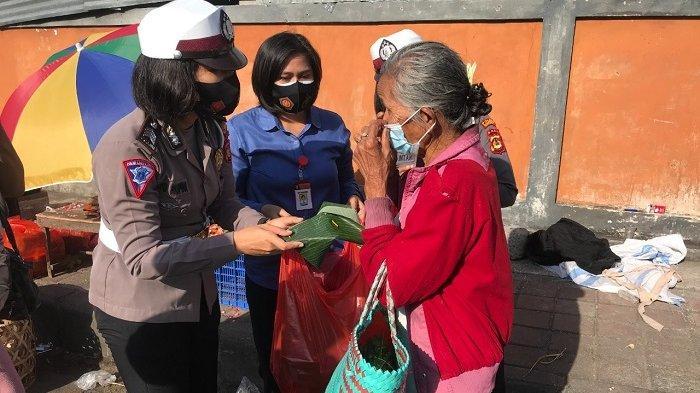 Berbagi di Masa Pandemi, Polwan Polres Klungkung Bagikan Ratusan Nasi Bungkus