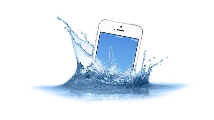 Jangan Bongkar Sendiri, Berikut Langkah-Langkah Menyelamatkan Ponsel yang Terendam Air