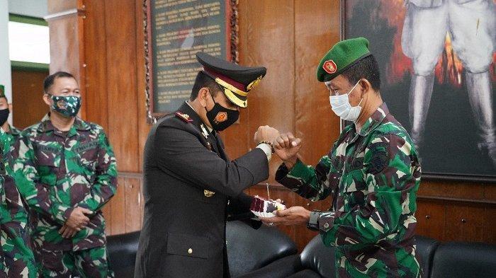 Warna-Warni HUT TNI ke-75, Duo Pucuk Pimpinan Polisi di Bali Beri Surprise Anggota TNI