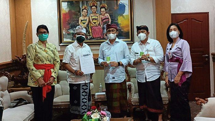 PDDI Bali Serahkan Bantuan 600 Botol Suplemen Kesehatan kepada Pemkot Denpasar