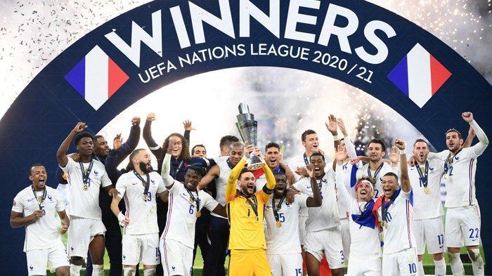 Para pemain Prancis merayakan sukses mereka meraih  trofi UEFA Nations League di Stadion San Siro  Milan, pada hari Minggu 10 Oktober 2021.