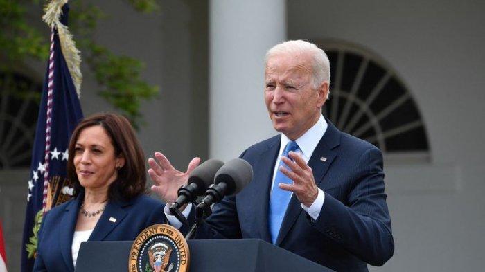 AS Longgarkan Prokes Bagi Warga yang Sudah Divaksin, Biden Lepas Maskernya di Gedung Putih