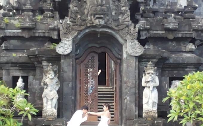 Foto Prewedding di Tempat Suci Jadi Sorotan, Ini Sebabnya