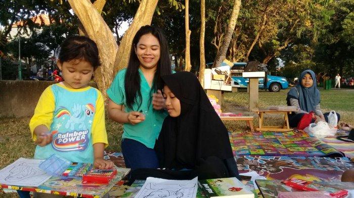 Perpustakaan Keliling Komunitas GPAN Bali Ramai Dikunjungi Anak Sekolah