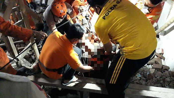 Proses evakuasi I Wayan Sujana, warga Desa Dauh Waru, Kabupaten Jembrana yang tewas terimbun. Ia tertimbun saat membersihkan sumur, Sabtu 29 Mei 2021 sekitar pukul 14.30 WITA.