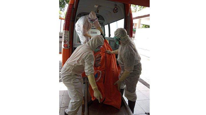 BREAKING NEWS - Penemuan Mayat di Jalan Gunung Soputan, Dievakuasi Petugas Ber-APD Lengkap