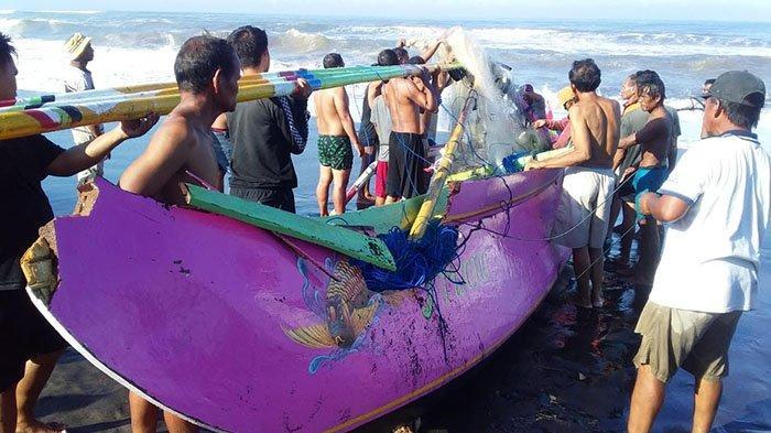 Tersapu Gelombang Tinggi, Perahu Nelayan di Perairan Yehsumbul Jembrana Terbalik